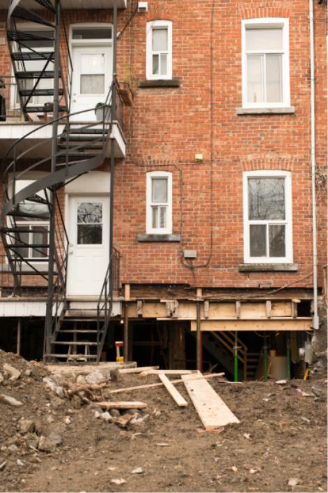 Une maison étayée avec des piliers d'acier