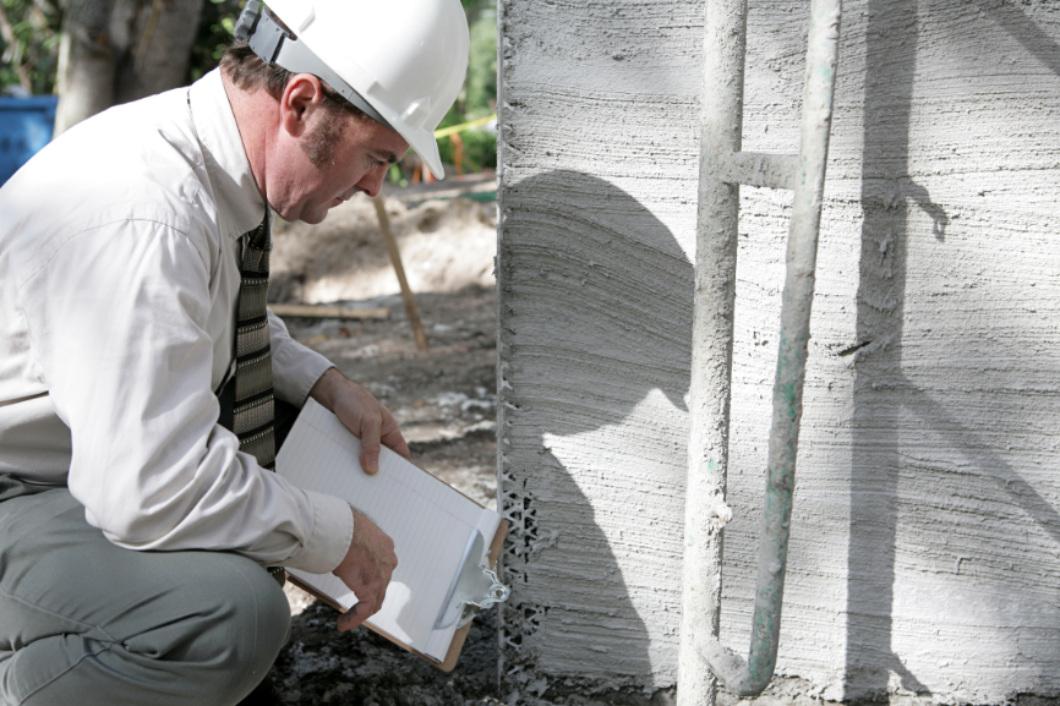 Un inspecteur analysant la qualité de la fondation